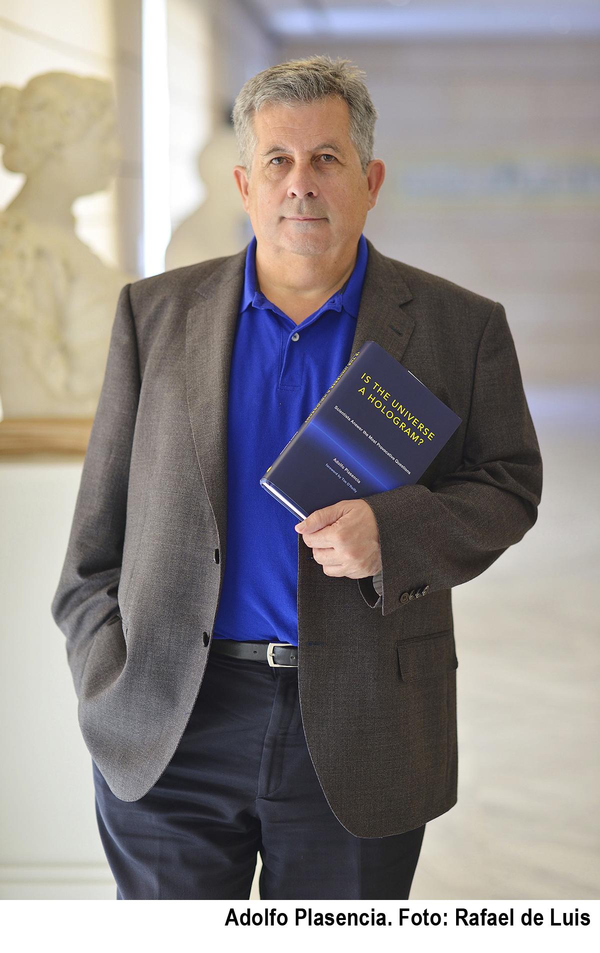 Foto Adolfo y el libro con credito Rafa
